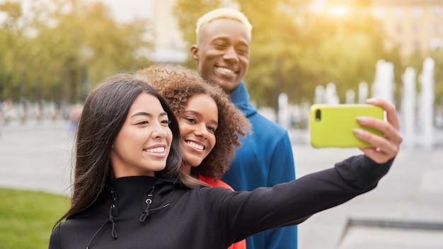 Diversos grupos de pessoas afro-americanas asiáticas passando um tempo juntos