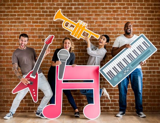 Diversos músicos felizes tocando juntos