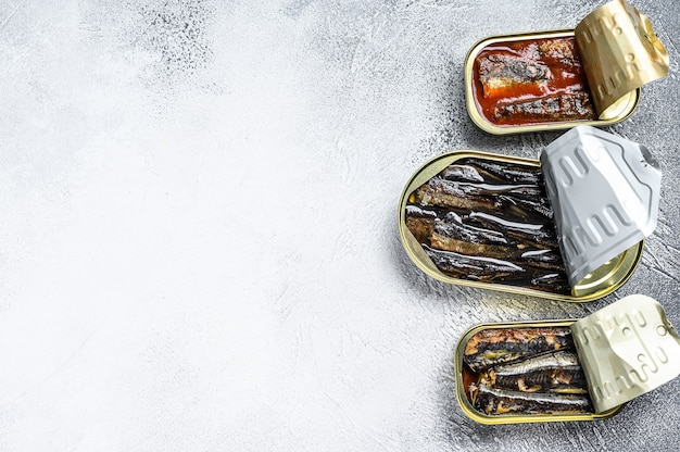 Diversos peixes enlatados em lata de sardinha, sardinha defumada, cavala