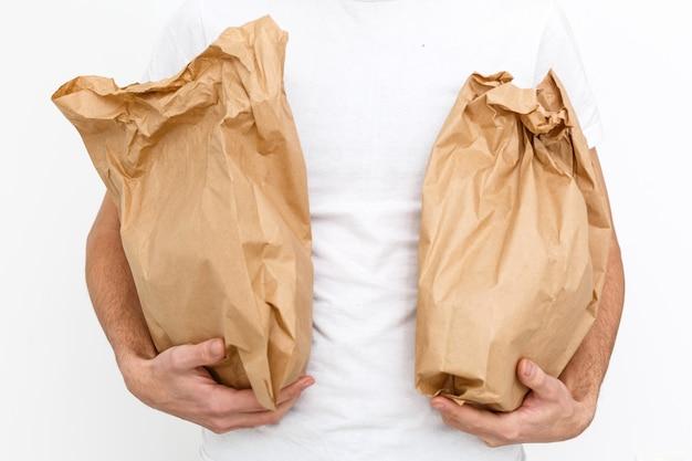 Diversos recipientes de papel para comida para viagem
