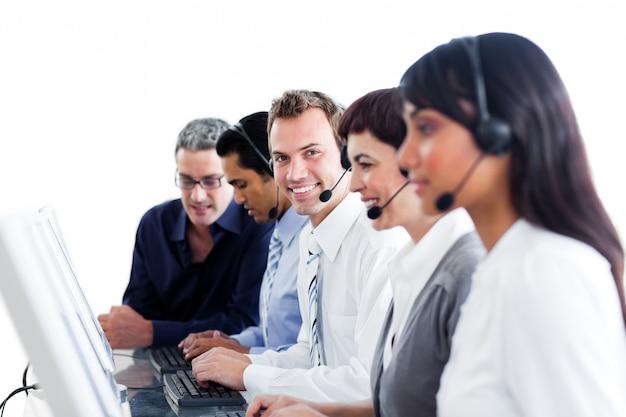 Diversos representantes do serviço ao cliente com fone de ouvido no