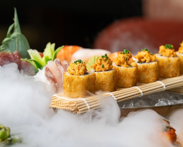 Diversos sushis japoneses e sashimis em uma mesa