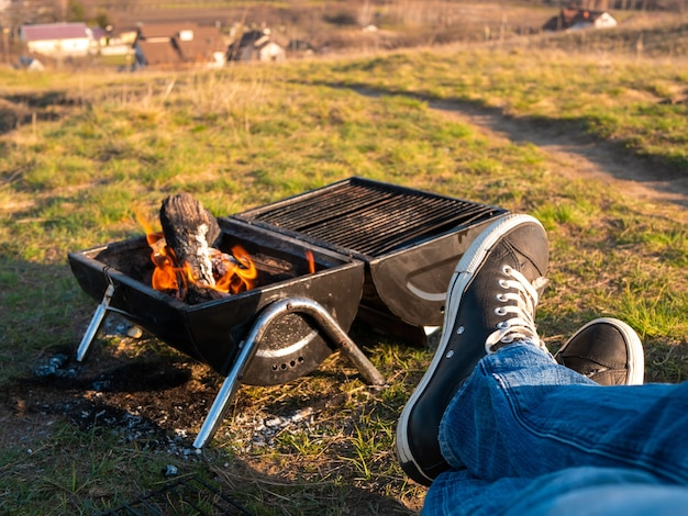 Divertir-se fazendo churrasco ao ar livre em uma caminhada.