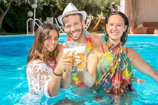 Divertir-se na piscina durante uma festa