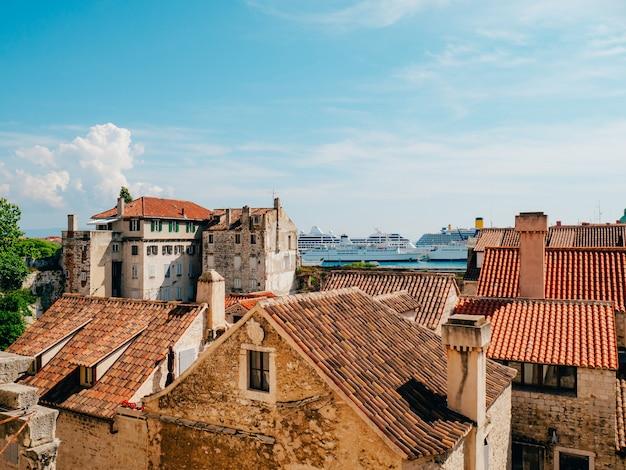 Divida a vista da cidade velha da croácia, da torre do sino da torre para o