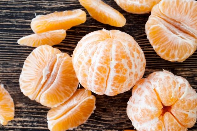 Dividido por fatias parte de tangerina madura