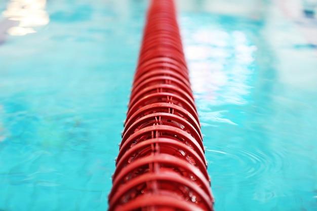 Dividindo a bóia vermelha na piscina com água limpa