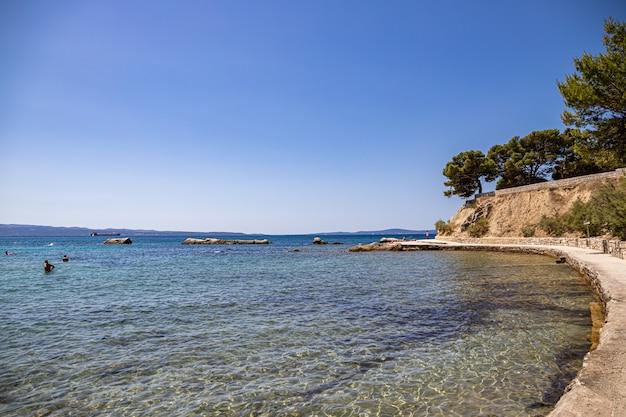 Dividir a croácia. vista da praia firule, mar adriático