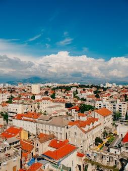 Dividir a vista da cidade velha da croácia a partir da torre do sino