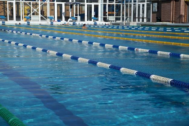 Divisórias de caminhos na grande piscina ao ar livre