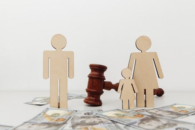 Divórcio conceito de figuras familiares divididas pelo martelo do juiz