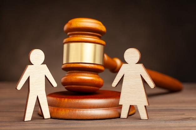 Divórcio por lei. familia destruida. homem com martelo de mulher e juiz.