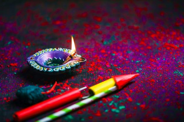 Diwali diya com biscoitos de fogo e rangoli