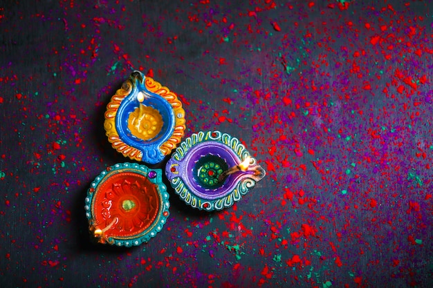 Diwali diya com fire crackers sobre fundo rangoli