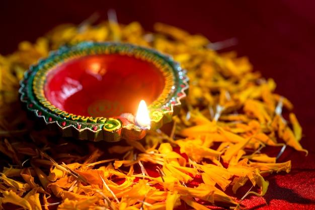 Diwali feliz - as lâmpadas de clay diya acenderam-se durante a celebração de diwali. design de cartão de saudações do festival indiano hindu light chamado diwali