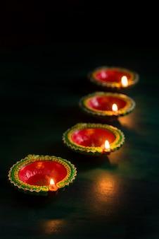 Diwali feliz - as lâmpadas de diya acenderam-se durante a celebração de diwali. design de cartão de saudações do festival indiano hindu light chamado diwali