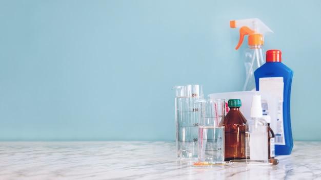 Diy como fazer desinfetante para as mãos. álcool diy desinfetante para as mãos álcool desinfetante, peróxido de hidrogênio, glicerol, água destilada.