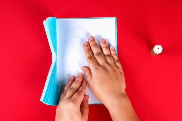 Diy dia das mães cartão em forma de cortina com flor de camomila de papel em fundo vermelho