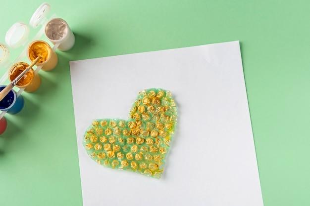 Diy e crianças criatividade instruções passo a passo desenho de cartão usando plástico bolha passo pintura coração de plástico bolha com tinta dourada artesanato infantil para dia dos namorados mulheres e mães