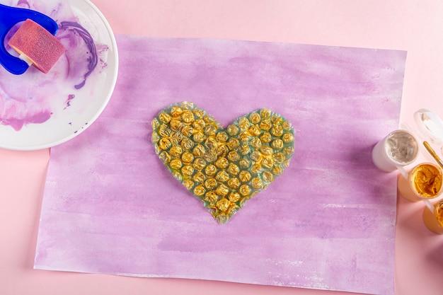 Diy e criatividade das crianças instruções passo a passo desenho de cartão de saudação método não padrão aplique tinta dourada ao plástico bolha em forma de coração dia das mulheres e das mães dos namorados