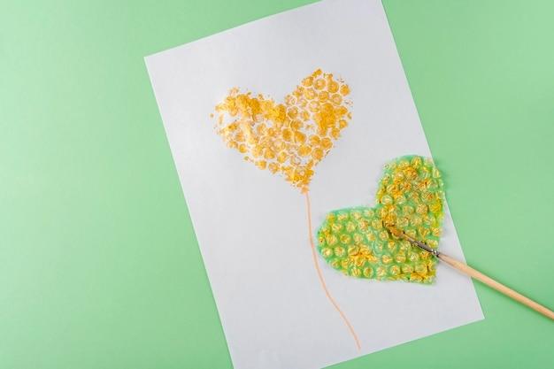 Diy e criatividade infantil desenho de cartão com coração usando plástico bolha artesanato infantil para o dia das mães e das mulheres dos namorados método de desenho não tradicional não padrão