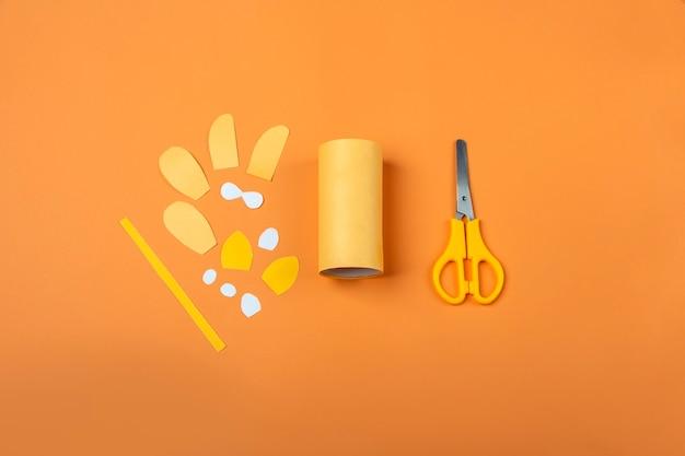 Diy e criatividade infantil. instruções passo a passo: como fazer o símbolo de 2022 do tigre com um tubo de papel higiênico. passo 2 recorte detalhes de papel colorido. artesanato de ano novo e natal de crianças.