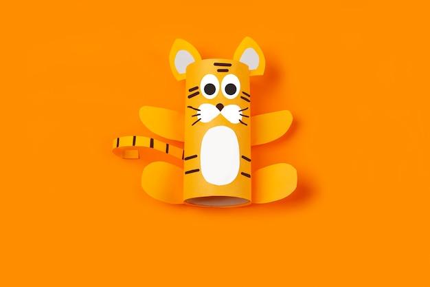 Diy e criatividade infantil. instruções passo a passo: como fazer o símbolo de 2022 do tigre com um tubo de papel higiênico. step3 terminou o ofício. artesanato de ano novo e natal de crianças.