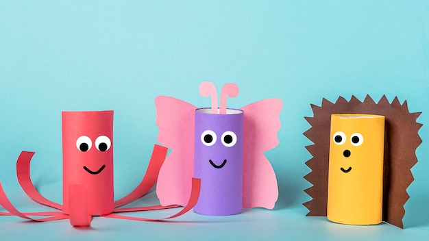Diy e criatividade infantil. reutilize ecologicamente reciclável do tubo do rolo de papel higiênico. borboleta de artesanato de papel infantil, polvo e ouriço.