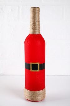 Diy garrafa santa. guia sobre a foto como fazer a decoração da garrafa na forma de papai noel