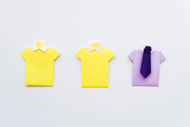 Diy papel de camisa amarela e roxa no fundo branco