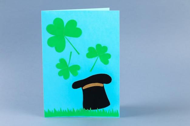 Diy st patricks day cartão feito de papelão e papel trevos fundo cinza
