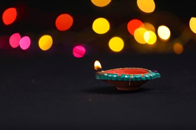 Diya de argila colorida iluminada