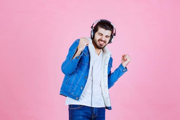Dj com fones de ouvido dançando e relaxando