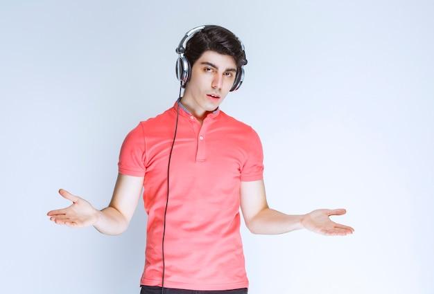 Dj com fones de ouvido se apresentando em cena.