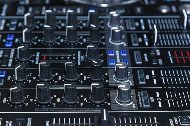 Dj console cd mp4 dj mixando música mesa festa em boate. dj console para experimentos com música