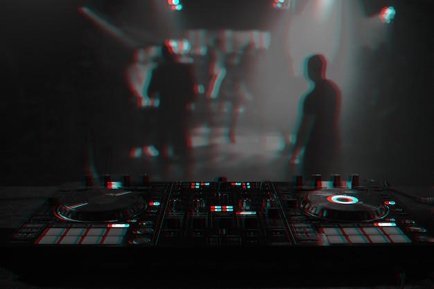 Dj console para mixar música com pessoas desfocadas dançando em uma festa de boate. preto e branco com efeito de realidade virtual de falha 3d