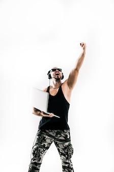 Dj emocional e carismático - rapper em fones de ouvido e com todos