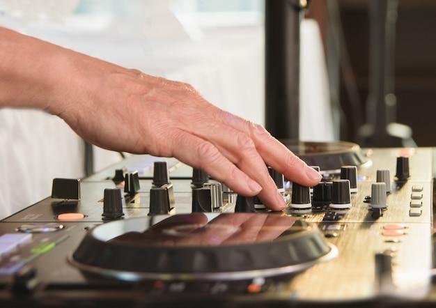 Dj por trás dos decks girando música close-up