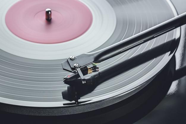 Dj toca-discos reproduzindo disco de vinil.