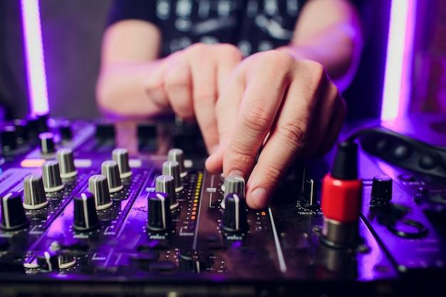 Dj tocando close up de mixer de música
