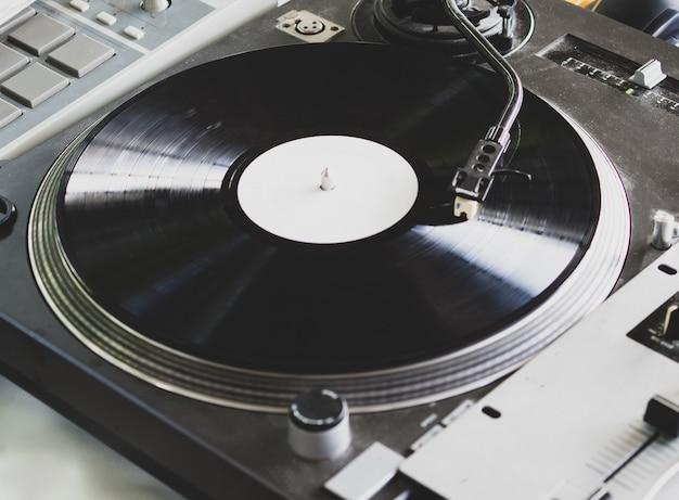 Dj tocando música em uma festa de hip hop. toca-discos analógico, dj usa toca-discos e mixer para fazer scratch.