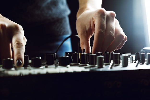Dj tocando música no misturador closeup