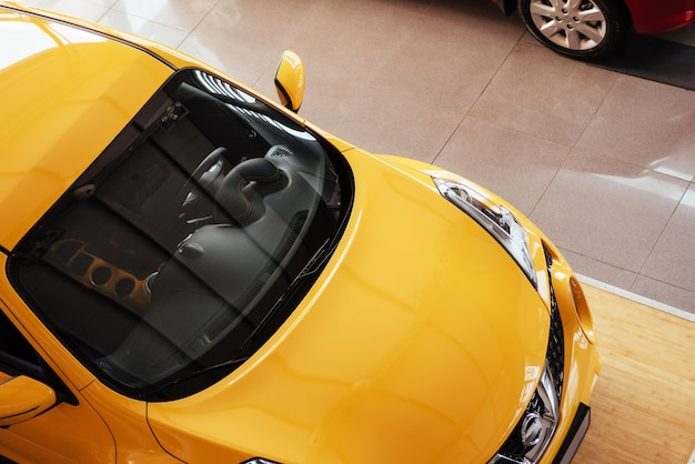 Do carro no showroom espaçoso com grandes janelas