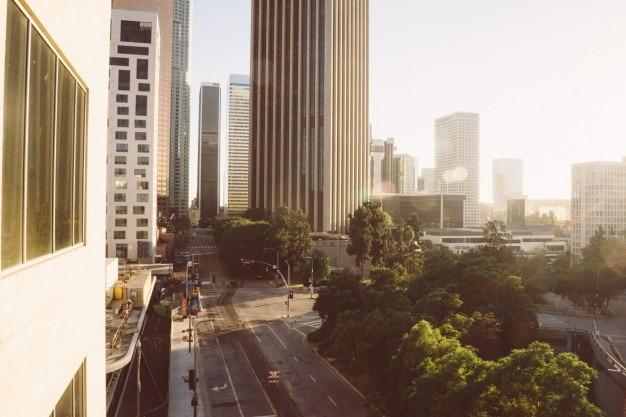 Do outro lado edifícios altos