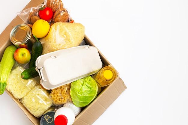 Doações de alimentos ou conceito de entrega de alimentos em uma caixa de papelão.