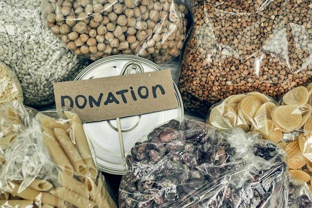 Doações de comida. ajude os produtos durante uma pandemia, caridade.