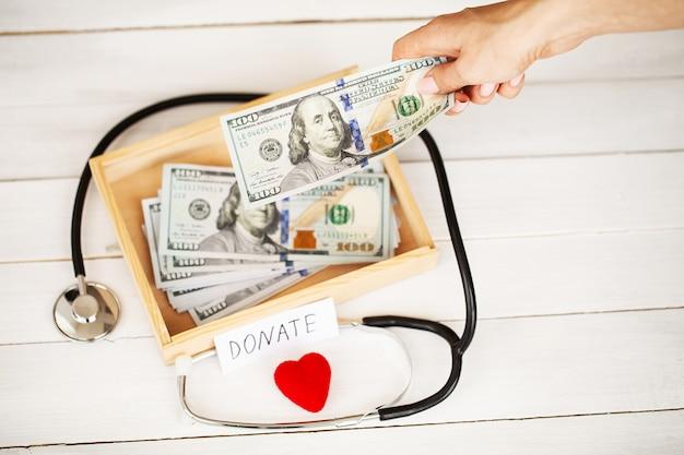 Doações e caridade. doação. caixa de doações e coração em branco.