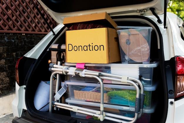 Doações na parte de trás de um carro