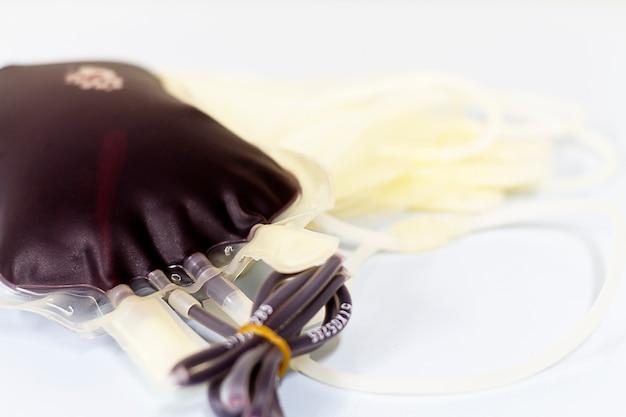 Doador de sangue em saco de sangue