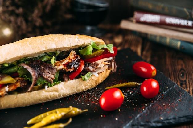Doador turco suculento em um pão com carne marinada